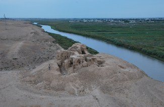 Fig. 2. Ganch-tepa. General view from Southeast with excavation in progress